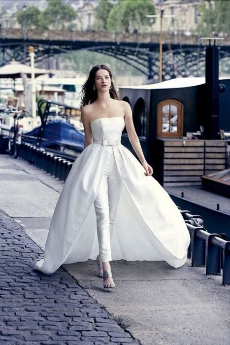 Traje de novia moderno con pantalón sencillos