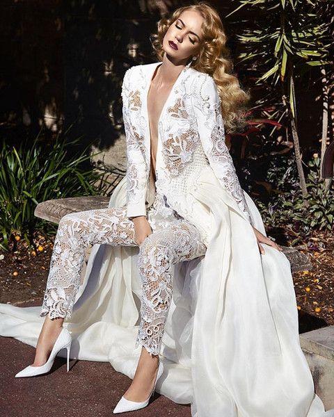 Traje de novia moderno con pantalón y chaqueta manga larga