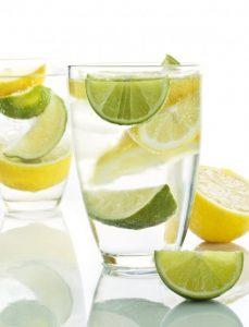 vaso de agua con limon