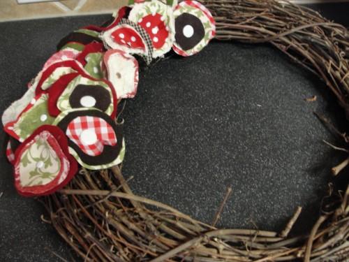 Como hacer una corona de navidad con flores de tela for Como hacer una corona de navidad para la puerta