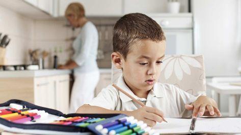 haz tu que tu hijo tome nota en distintos colores (hogar y escuela)