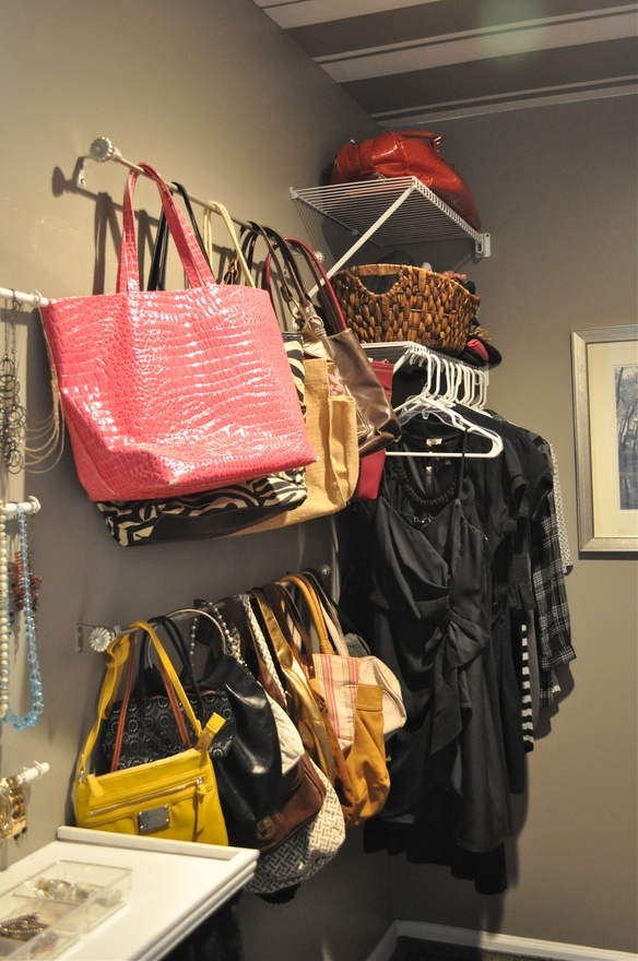 Como organizar carteras bolsos y billeteras decoracion for Guardar bolsos en armario