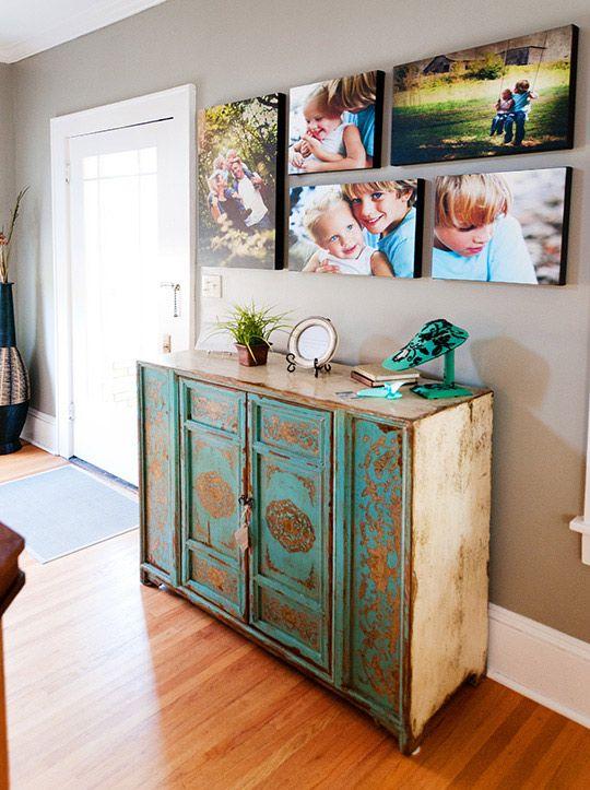 Ideas para decorar fotos familiares como organizar la for Ideas para decorar habitacion con fotos