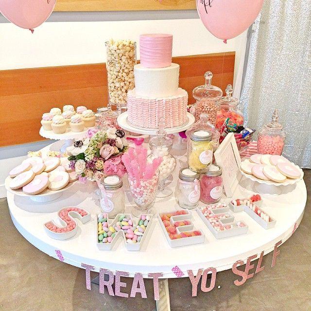 como decorar la mesa de postres con pastel para xv años