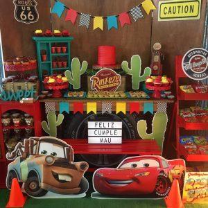 Mesa de postres con tema de Cars