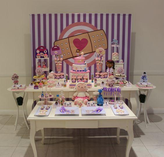 Mesa de postres con tema de Doctora juguetes (2)