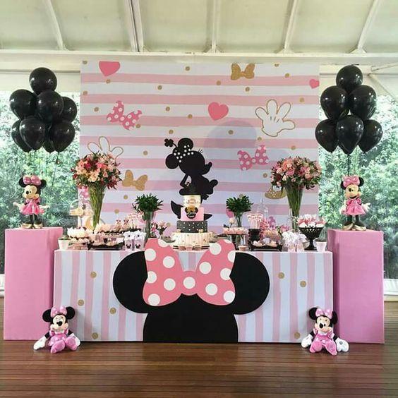 Mesa de postres con tema de Minnie Mouse