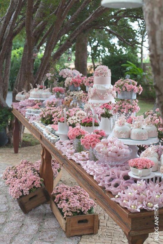 Mesa de postres con tema floral (1)