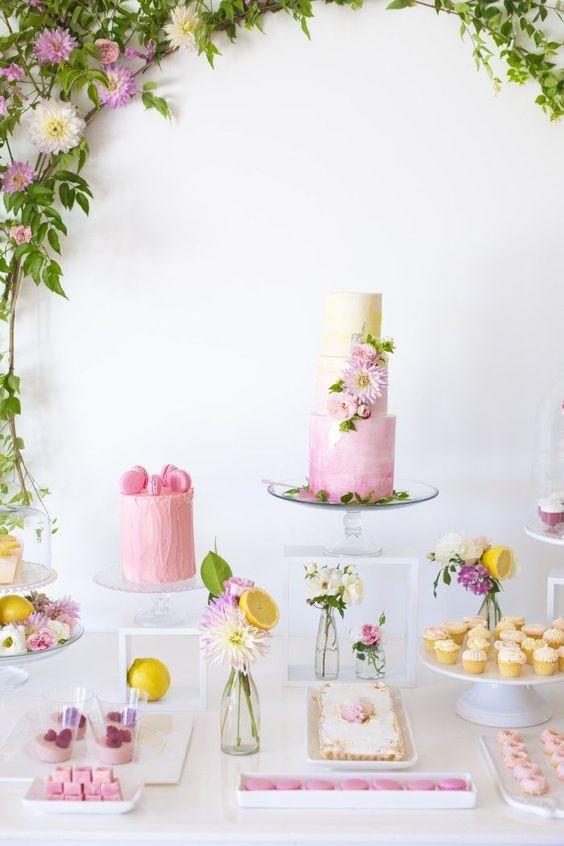 Mesa de postres con tema floral (3)