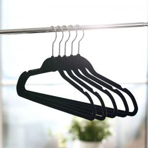 10 mandamientos para colgar ropa en el closet decoracion for Ganchos metalicos para colgar ropa
