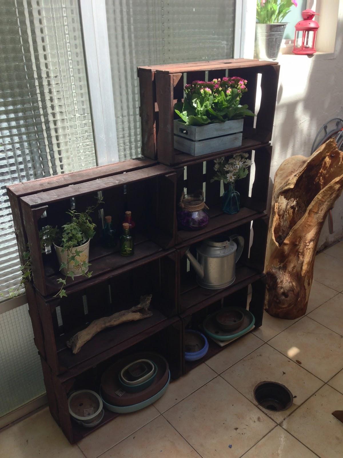 Idea para decorar la casa con jardinero hecho con cajas de - Manualidades para casa rustica ...