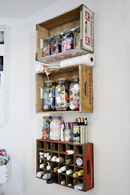idea-para-decorar-pared-con-estante-de-cajas-de-madera-rustica