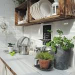 ideas-para-crear-estante-para-cocina-con-cajas-de-madera-rustica