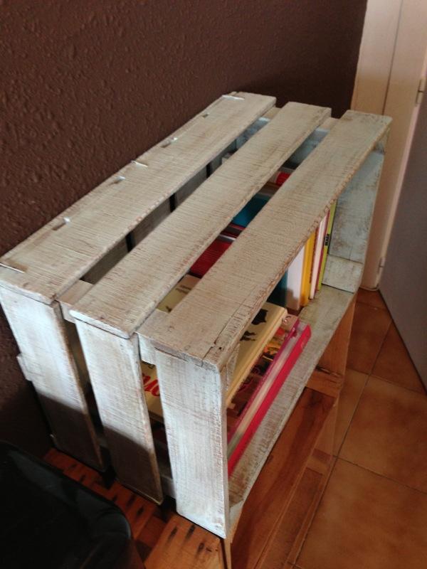 Ideas para decorar con librero hecho con cajas de madera - Decorar cajas de fruta de madera ...
