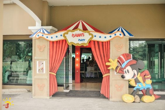 Decoración de la entrada a una fiesta de mickey mouse