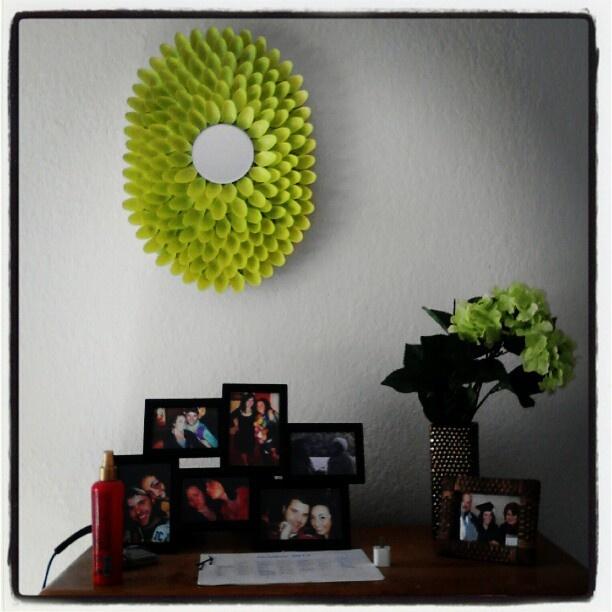 Diy decoracion de espejos con cucharas 19 decoracion for Decoracion para espejo encastrado