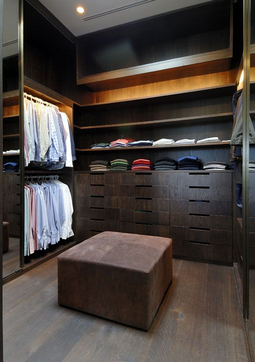 Ideas para organizar el interior del closet con madera 10 for Closet para habitaciones pequenas