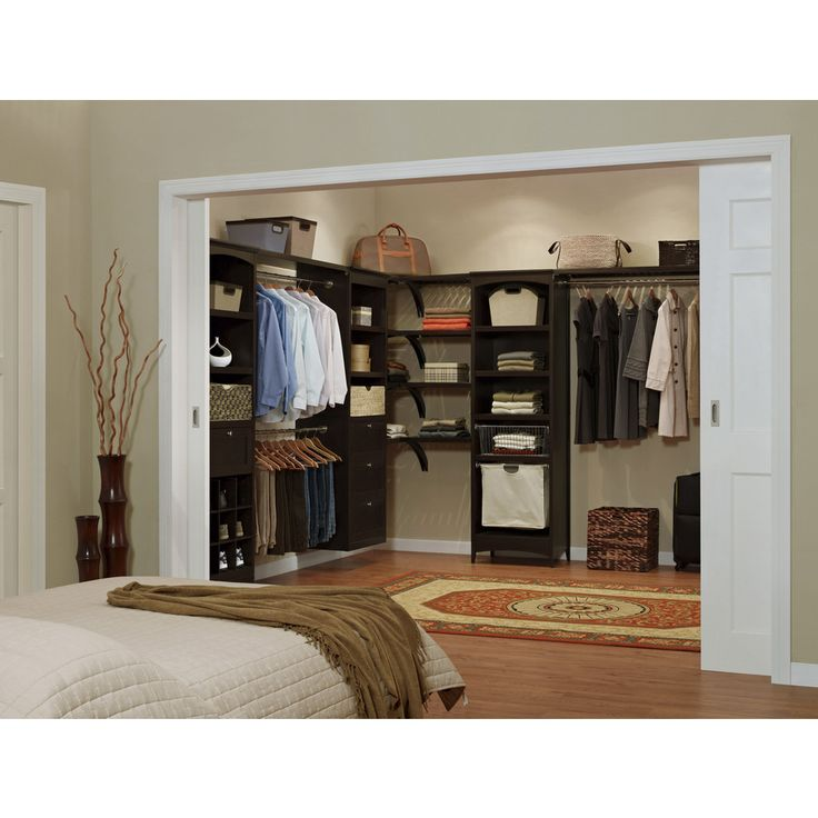 Ideas para organizar el interior del closet con madera 8 for Closet para habitaciones pequenas