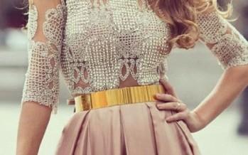 Outfits con cinturones metalicos