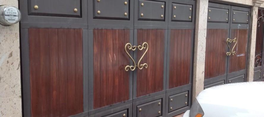 Pin dise portones herreria artistica muebles images for Puertas de madera con herreria