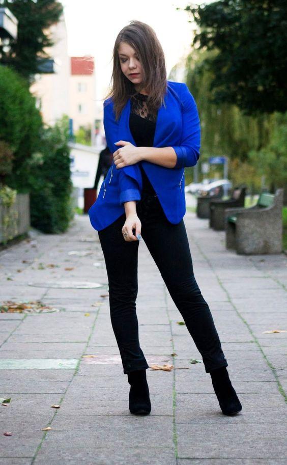 Agrega un toque de color azul a tus outfits