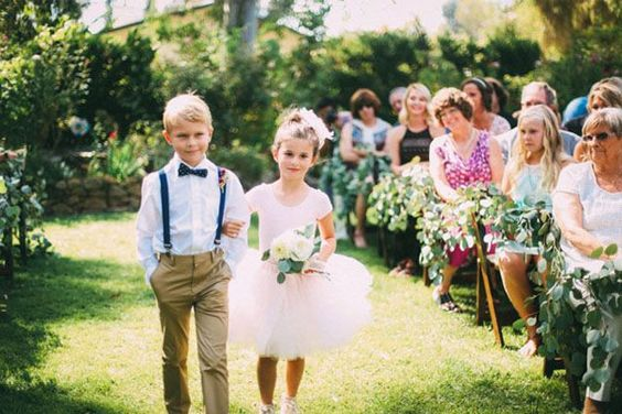 Como vestir a los pajes de tu boda 17 decoracion de for Boda en jardin de noche como vestir