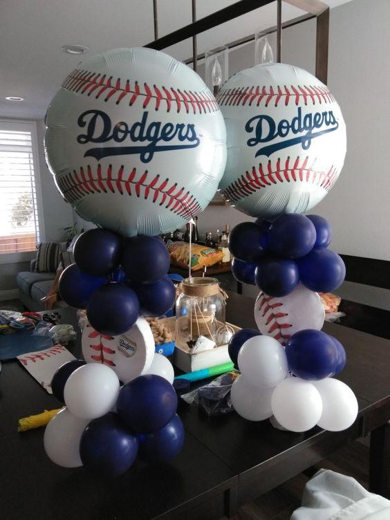 Decoracion con globos para fiesta de béisbol