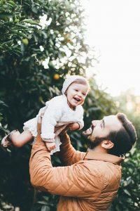 sesion de fotos papa e hija en el jardin