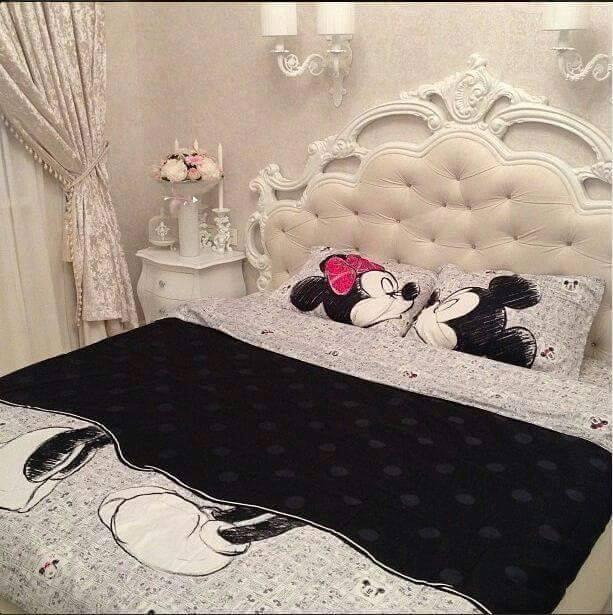 decoracion de recamaras infantiles con edredones de mickey mouse y