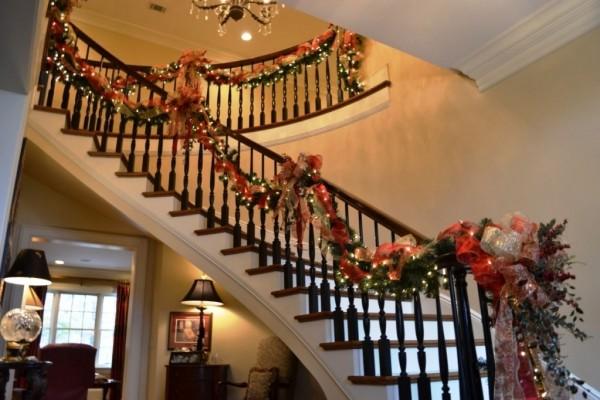 Ideas para decorar escaleras en navidad 14 decoracion de for Adornos navidenos para escaleras