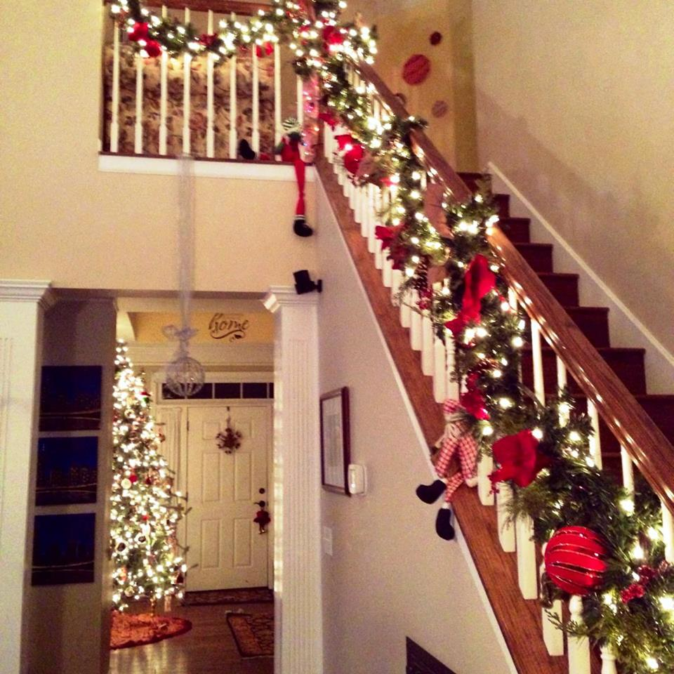 Ideas para decorar escaleras en navidad 15 como for Ideas para decorar la casa en navidad