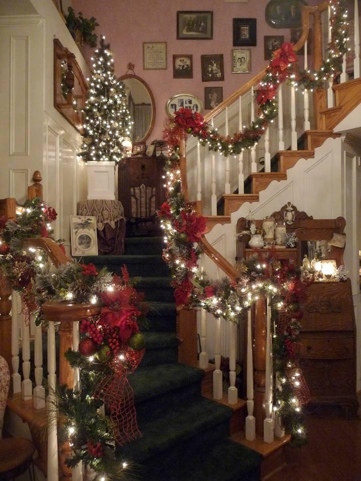 Ideas para decorar escaleras en navidad 23 decoracion de for Adornos navidenos para escaleras
