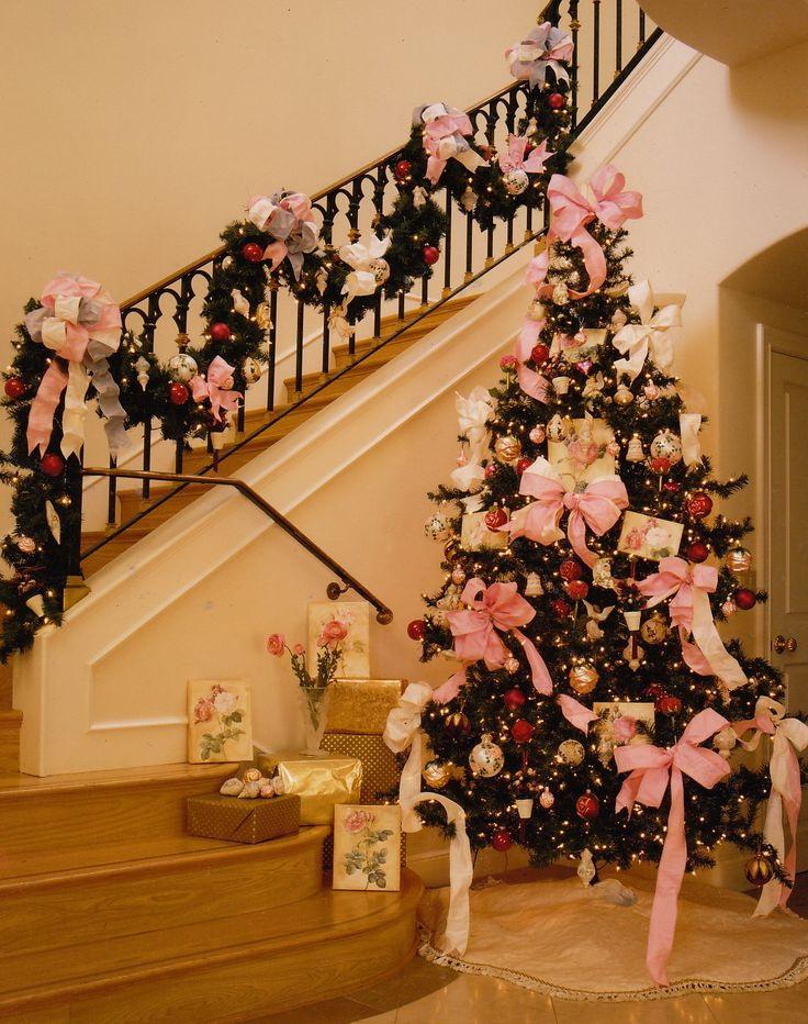 Ideas para decorar escaleras en navidad 25 decoracion de for Adornos navidenos para escaleras