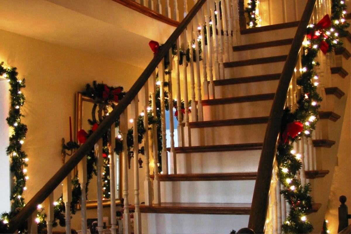 Ideas para decorar escaleras en navidad 28 decoracion de - Adornos de navidad para casa ...