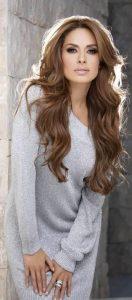 corte de cabello con melena larga y fleco abierto para mujeres maduras (3)