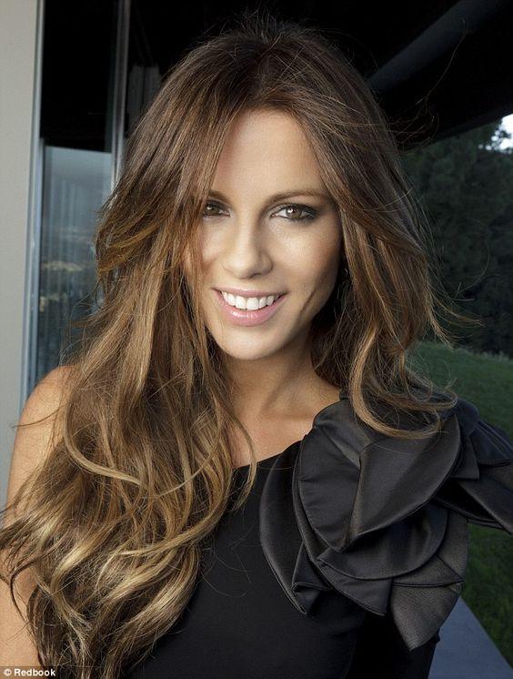 corte de cabello con melena larga y fleco abierto para mujeres maduras