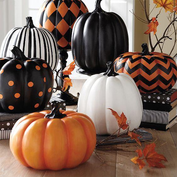 Decoración de halloween con calabazas pintadas