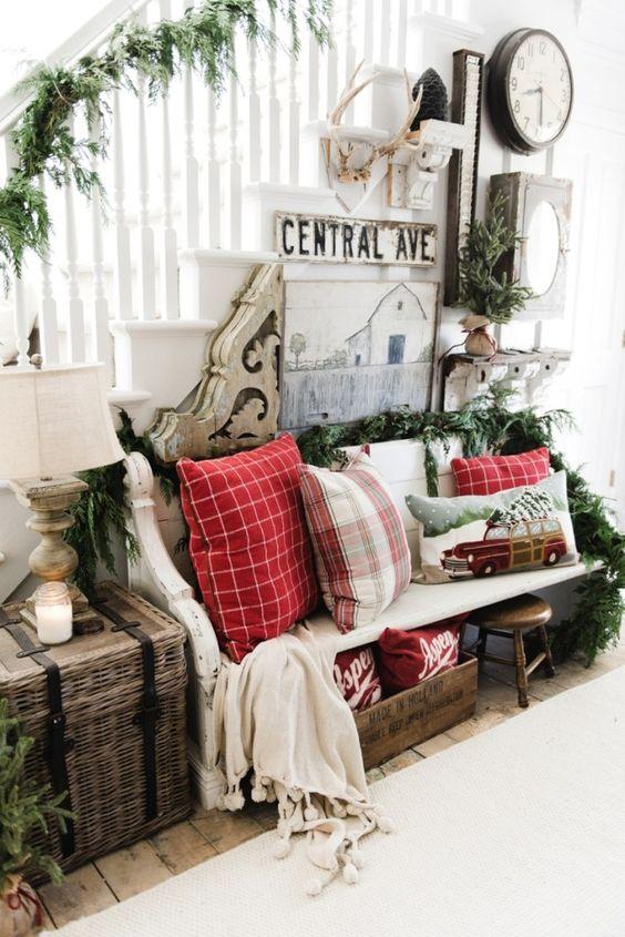 Decoraciones navideñas para la entrada de una casa campestre