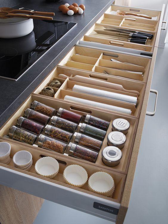 Modelos de cocinas prácticos con fácil acceso a cajones