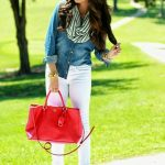 Agrega un bolso rojo y resalta tu outfit
