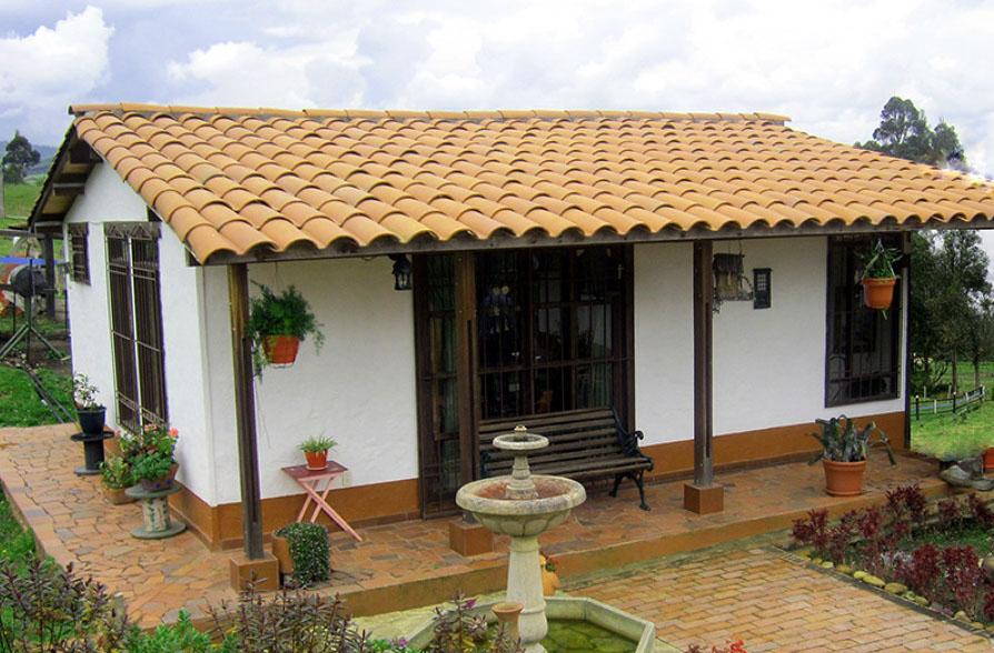 casa de campo con fuente y techo de tejas