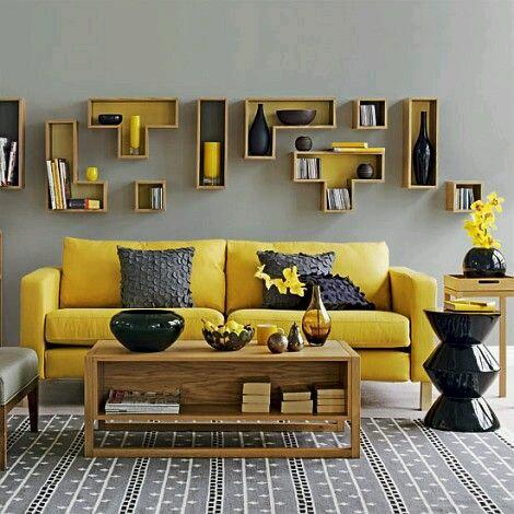 salas en color mostaza con detalles en colores oscuros