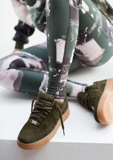 """¡Ponte a la moda usando Tenis Verde Militar para complementar tus Outftis! El color verde es uno de los tonos que es imposible no asociar con el sentimiento de la esperanza y la alegría, debido quizás a aquellos elementos que lo contienen…. Pero, ¿Qué Crees?, el mundo de la moda también puso sus ojos en tan peculiar tono y según expertos ha llegado este 2017-2018, para quedarse. Si eres una chica amante por seguir cualquier tendencia y siempre lucir un look por demás chic y con mucho estilo, te recomiendo incluir dentro de tu Guardarropa, unos lindos """"Tenis Verde Militar"""". Dicen por ahí, que han llegado para quedarse, lo cual me parece perfecto, pues son muy fáciles de combinar y además un buen zapato deportivo, te llevará a crear estilos llenos de originalidad, pero andando cómodamente. Así que ponte en Tendencia y no dejes de checar los 10 diseños de Tenis Verde Militar que hoy traemos para ti… ¡Pisa, pero hazlo con Mucho Estilo! Camuflaje a la Vista: Un verde militar lleno de camuflaje, ideal para lucir un look extrovertido, cómodo y casual… Puedes combinar esta idea con tu ropa de gym en tonos obscuros o bien, lucirlos con unos cómodos jeans y una blusa en contraste. Lindos y Sencillos Pumas: Me encanta lo cómodos que se ven, además van muy bien por el estilo que tienen con jeans, shorts, algunos vestidos tipo camisón o bien, una linda falda. Diseño Verde Militar con suela de Goma: Que lindos tenis, representados por una de las marcas más famosas en el mundo del Outfit deportivo… Me encantan para asistir al Gym o bien, complementarlos con unos leggins en tono obscuro, le irían muy bien. Tipo Adidas… Los Más Hermosos: Este diseño se ha convertido en uno de los más amados por las chicas, y que mejor, que el Verde Militar entra en todo su esplendor…. Va perfecto con un look casual, pero con mucho estilo. Converse… Clásicos y Divinos: Son los tenis más clásicos, que jamás pasarán de moda, por eso optar por este diseño no te hará que te arrepientas. Cómodos y Casuale"""