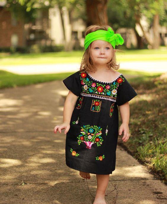ba2333ac9 Vestido bordado en Negro  Looks para tus pequeños en estas Fiestas Patrias