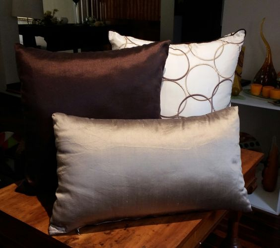 Dise os de cojines decorativos para tu sala de estar - Cojines marrones ...