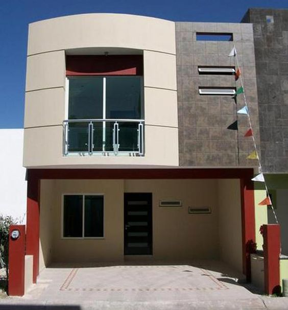 Fachada de casa pequeña con balcón pequeño en el segundo piso (3)