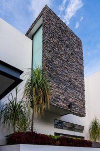 Fachada de casa sencilla con detalle en piedra (3)