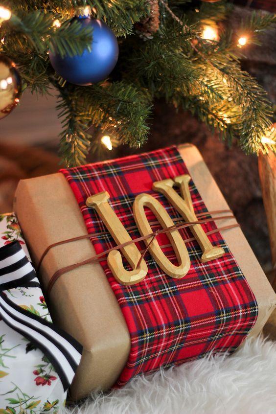 Accesorios decorativos navideños con cuadros escoceses