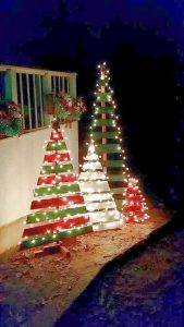 Decoración del jardín para navidad con figuras navideñas