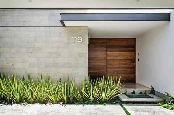 fachada con detalle en madera